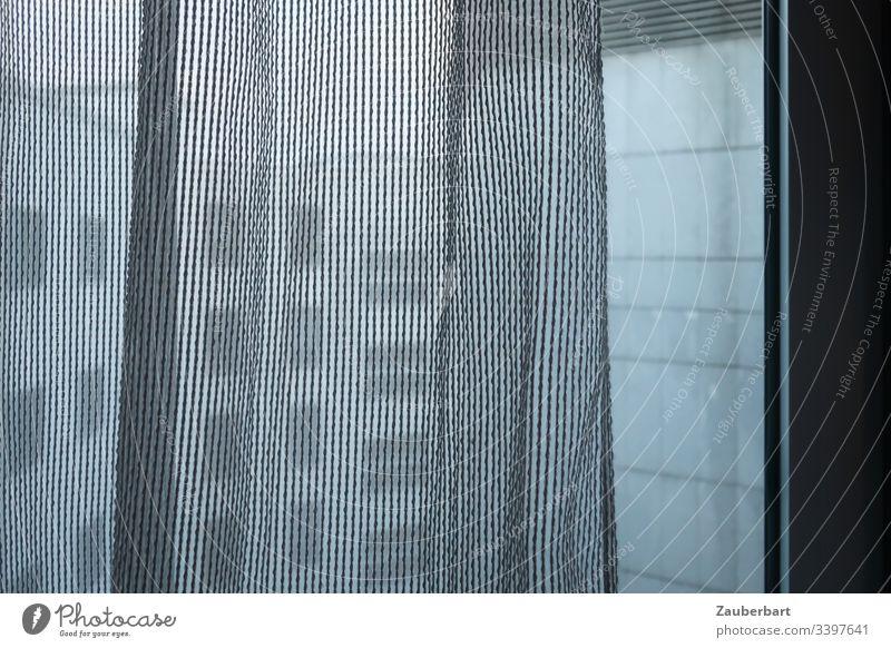 Blick aus dem Fenster, durch eine Gardine, auf moderne und triste Hausfassaden Fensterblick Fassade grau langweilig eingesperrt Wand Vorhang gedeckte Farben