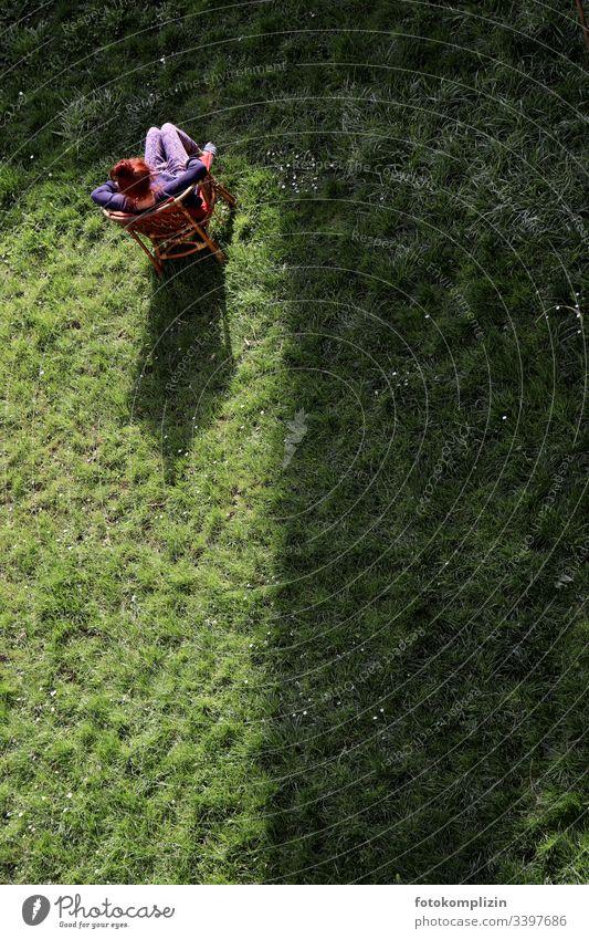 Person alleine im Garten isolation Einsamkeit Quarantäne coronakrise separieren trennungslinie Licht und Schatten warten warten auf ostern nachdenken