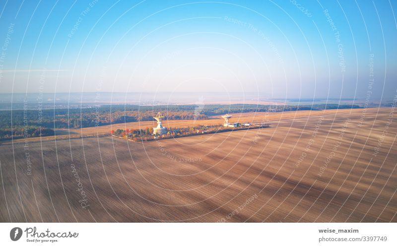 Ukrainisches Zentrum für Weltraumkommunikation. Luftaufnahme eines landwirtschaftlichen Ackerfeldes Radio Mitteilung Sender Astronomie Radar Antenne Messung