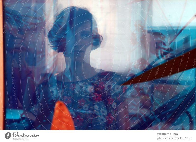 Porträt einer Frau in Blau und vielschichtigen Spiegelungen Persönlichkeit Erwartung Gefühle träumen ernst weiblich ruhig Identität Stimmung Gedanken wahrnehmen