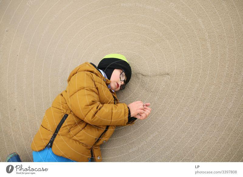 Kind auf Sand liegend Rastplatz ruhen Pause Erholung Windstille Düne Denken beobachten Menschen friedlich Perspektive träumen Freizeit & Hobby Spielen