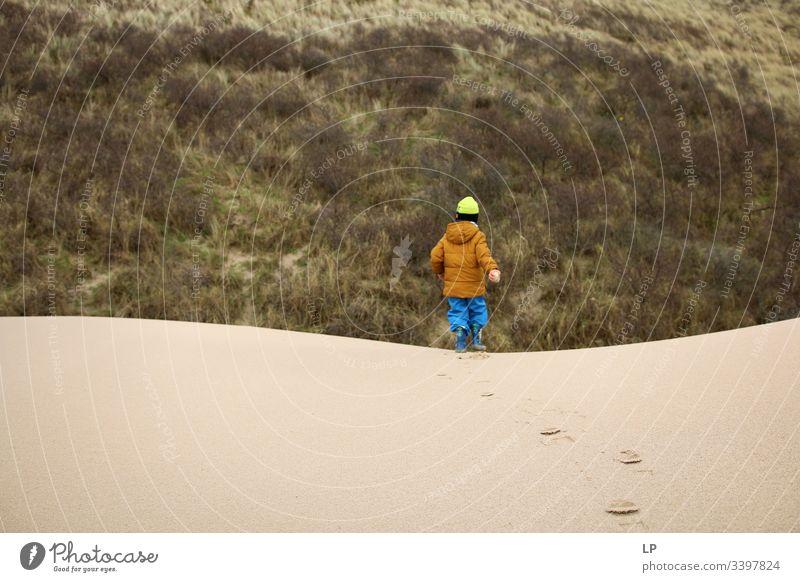 Junge läuft auf Sanddünen Sandstrand Düne Ferien & Urlaub & Reisen Stranddüne Außenaufnahme wüst Belastbarkeit schwierige Zeiten Optimismus Tatkraft Mut