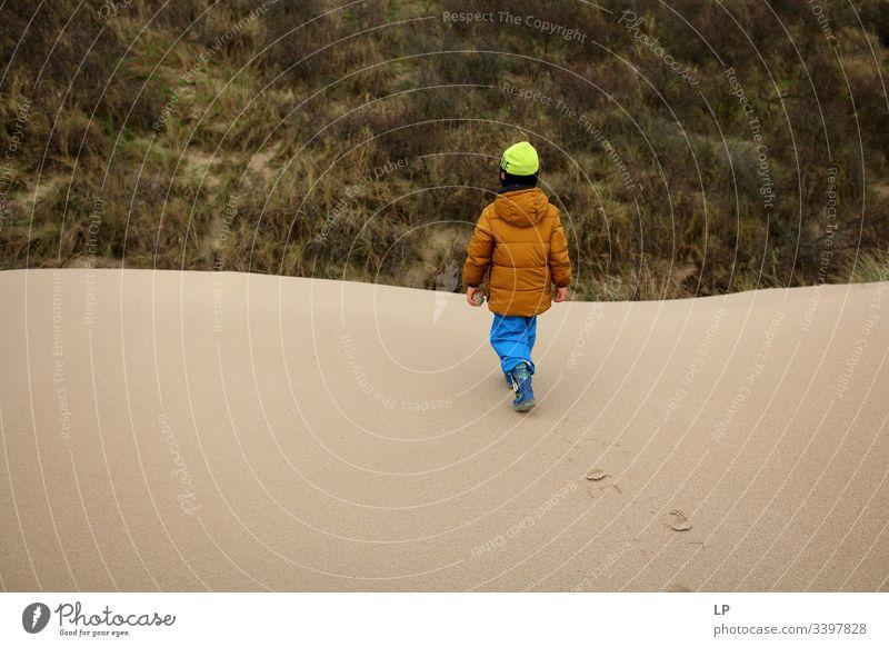 Kind läuft auf einer Sanddüne Kinderspiel laufen Klettern Zukunftsbild unbekannt Lifestyle Leben Mut Freizeit & Hobby Kraft Willensstärke selbstbewußt Bewegung