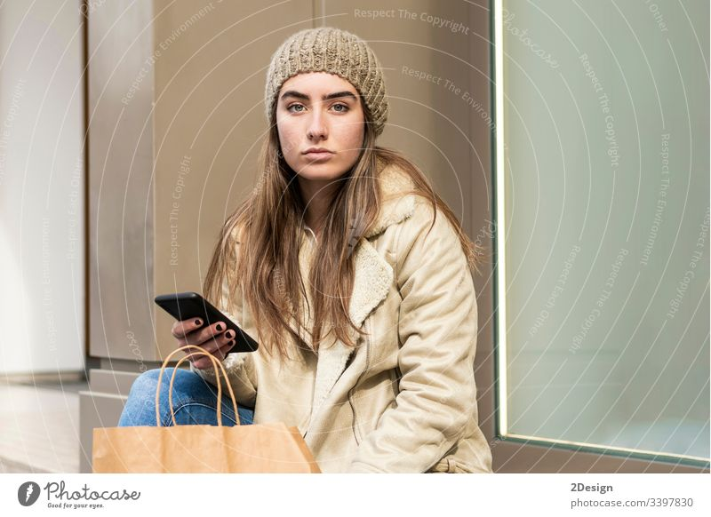 Süße Frau, die im Freien sitzt und telefoniert 1 Lifestyle Handy Sitzen Person Erwachsener außerhalb Mädchen Straße kaufen Glück Lächeln Menschen schön