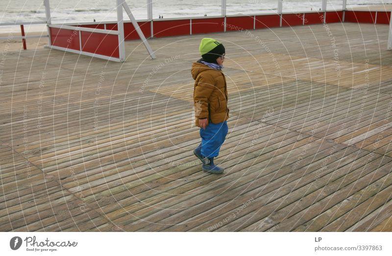 """Junge zu Fuß ohne Ziel Kind Kinderspiel Kindheit Lifestyle Linie Führungsqualitäten Führer Leben Fluchtweg Zukunft,"""" weggehen Blick Hoffnung Glaube und Religion"""