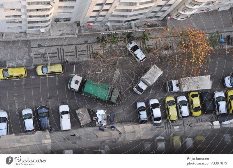 Luftansicht einer Nebenstrasse mit Alltagsverkehr, Muellabfuhr und parkenden Autos am Strassenrand im Herbst Nebenstrassen Luftbild Obendraufansicht