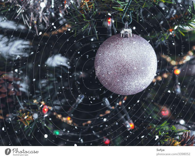 Weihnachtsbaum mit silbernem Ornament. Festliche Stimmung. Nahaufnahme Weihnachten Neujahr Silber Ast heimwärts elegant Schnur funkelnd Stil feiern grün Dekor