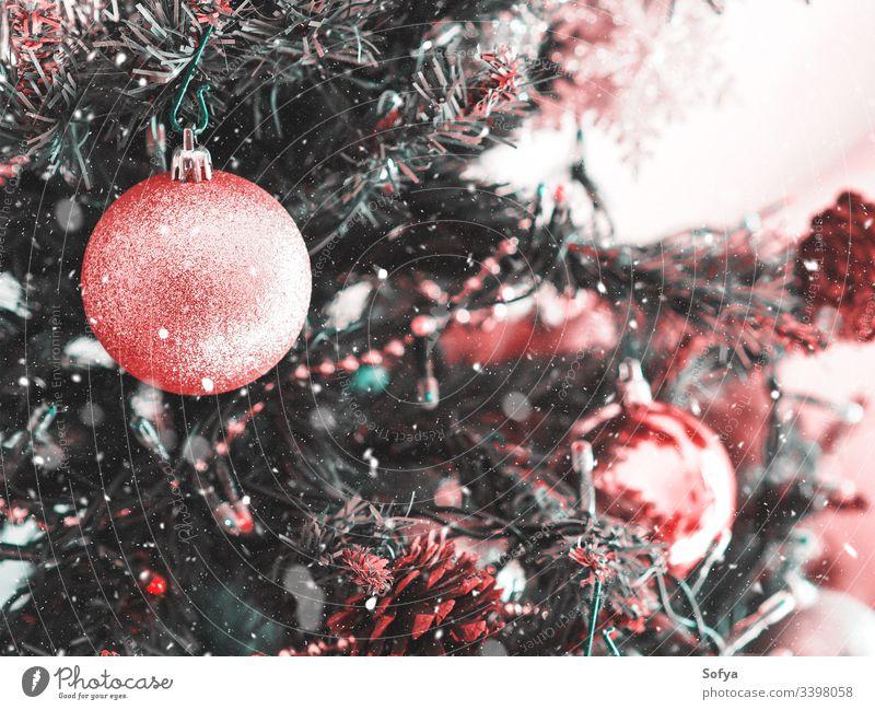 Weihnachtsbaum mit rosa Ornament. Festliche Stimmung Weihnachten Neujahr Silber Ast Korallen heimwärts elegant Schnur funkelnd Stil feiern grün Dekor