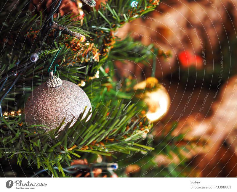 Weihnachtsbaum mit silbernem Ornament. Festliche Stimmung Weihnachten Neujahr Silber Ast heimwärts elegant Schnur funkelnd Stil feiern grün Dekor authentisch