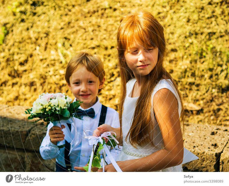 Ringträger und Blumenmädchen bei der Sommerhochzeit Junior Mädchen Brautjungfer Hochzeit Kinder Mode geblümt Roséwein Natur Gesicht Sonne Kleid Glück Porträt