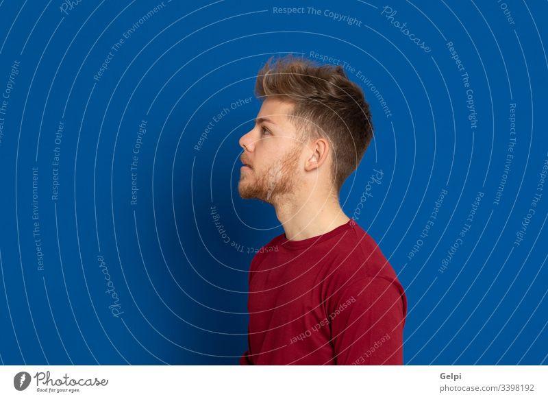 Attraktiver junger Mann mit rotem T-Shirt Typ blau Glück Lächeln freudig positiv entspannt Profil Erwachsener zwanzig männlich Model gutaussehend lässig