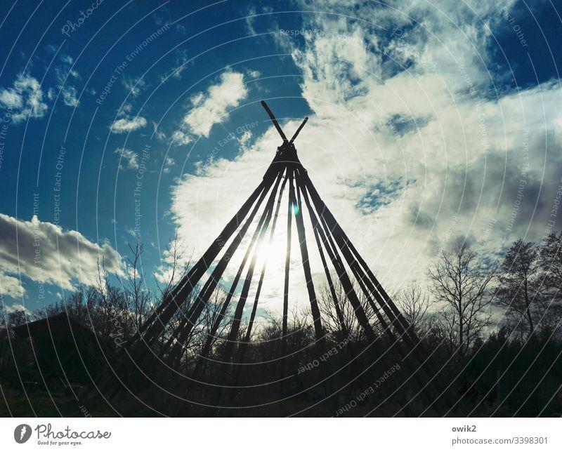Reservat Tipi Gerüst Balken Zelt Gestell Silhouette draußen Himmel Wolken Sonne Sonnenlicht Gegenlicht einfach Indianer Bäume