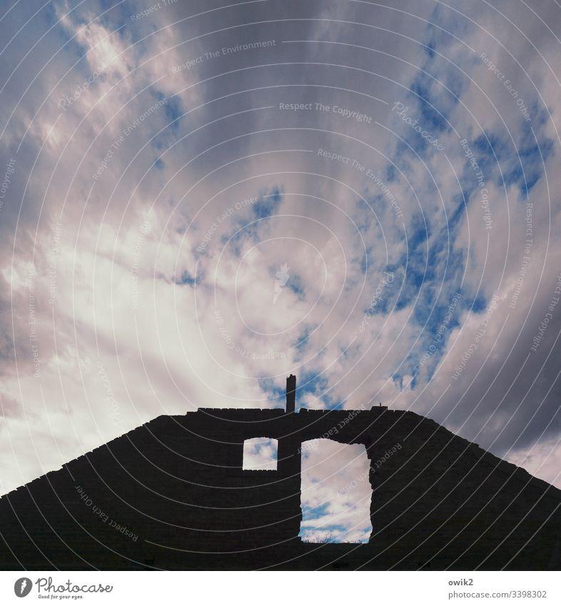 Altstadt Himmel Wolken Sonnenlicht duster Low Key Haus Ruine Fassade Kontrast Silhouette Fenster Fensterloch trist alt marode schadhaft Außenaufnahme Wand Mauer
