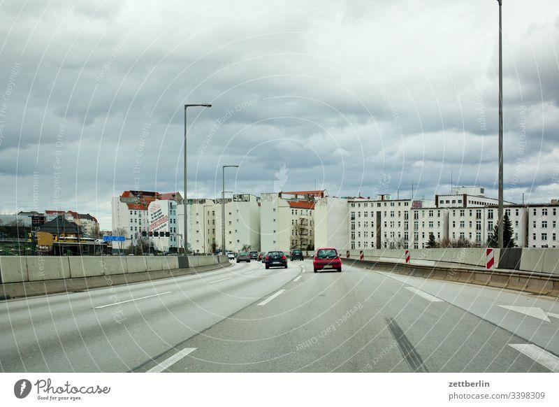 Stadtautobahn A 100 wohngebiet wohnen haus wolke himmel Windschutzscheibe Autofahren Autobahn berlin fahrbahnmarkierung navigation kurve richtung stadtautobahn