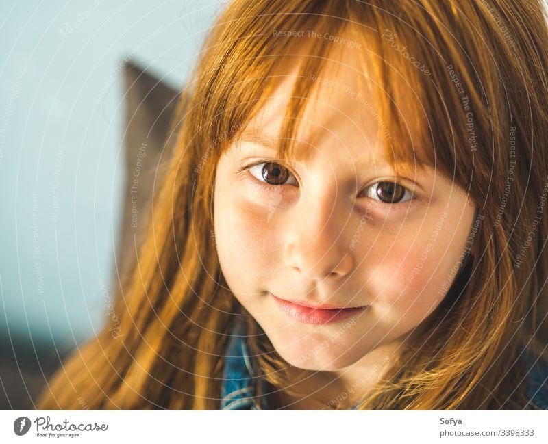Süßes rothaariges kleines Mädchen, das uns anschaut und lächelt niedlich Kind Rotschopf wenig Blick Lächeln lebhaft Auge jung heiter Behaarung Ingwer Glück