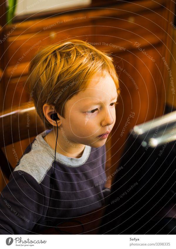Süßer kleiner Junge spielt am PC mit sehr konzentriertem Gesichtsausdruck Computer Kind Technik & Technologie spielen Internet Freizeit männlich Person jung