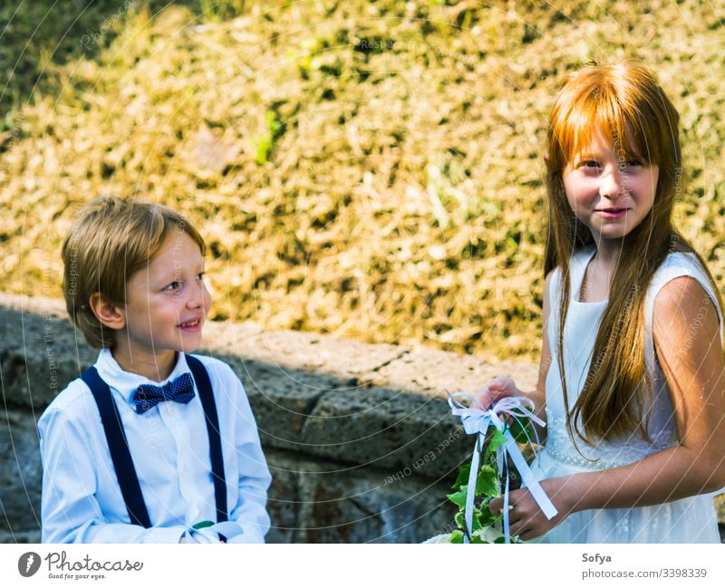 Ringträger und Blumenmädchen bei Gartenhochzeit Junior Mädchen Brautjungfer Hochzeit Kinder Mode geblümt Roséwein Sommer Natur Gesicht Sonne Kleid Glück Porträt