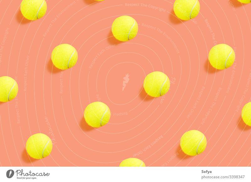 Gelbes Tennisballmuster auf orangem Korallengrund Ball Konkurrenz Muster Farbe Konzept Draufsicht Hintergrund Gerät flache Verlegung Remmidemmi Sport gelb
