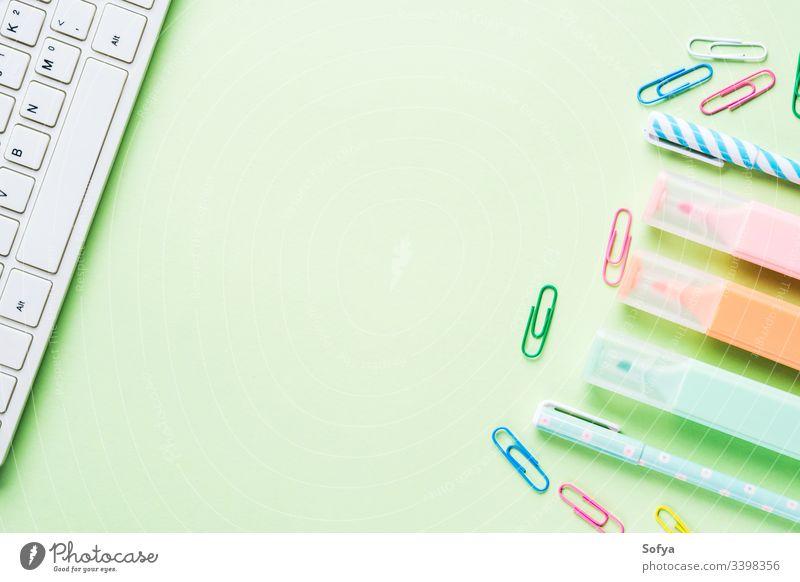 Mintgrüner Konzeptrahmen für die Rückführung in die Schule mit Tastatur, bunten Textmarkern und Clips Schreibwarenhandlung bloggend Turnschuh Rahmen Rücken