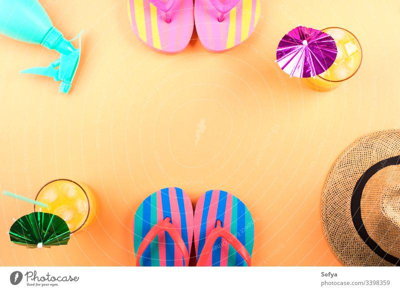 Urlaub am Strand Konzept mit Cocktail, Flip-Flops, Hut und Wasserspray. Rahmen-Design Sommer Flipflop Ananas Mode MEER orange rosa Sonne Schönheit Zubehör