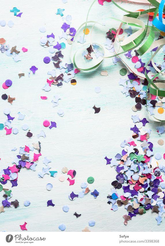 Bunter Partyhintergrund mit Konfetti und Luftschlangen. Einladung Streamer abstrakt Jahrestag Hintergrund Geburtstag Gebläse Karneval Feier farbenfroh