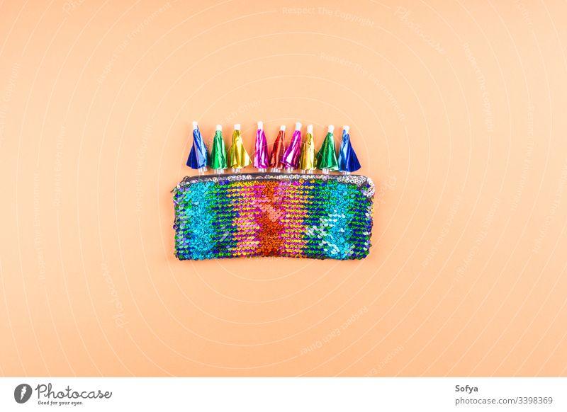 Regenbogen-Pailletten-Pochette mit Neonschirmen auf kantaloupe-orangem Hintergrund. lustig Regenschirm Cocktail flippig Party trinken abstrakt flache Verlegung
