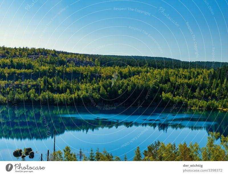 Bergsee 1 See Wasser ruhig Erholung Himmel Ferien & Urlaub & Reisen Sommer blau Natur Außenaufnahme Farbfoto Wald Landschaft Menschenleer Idylle Schönes Wetter
