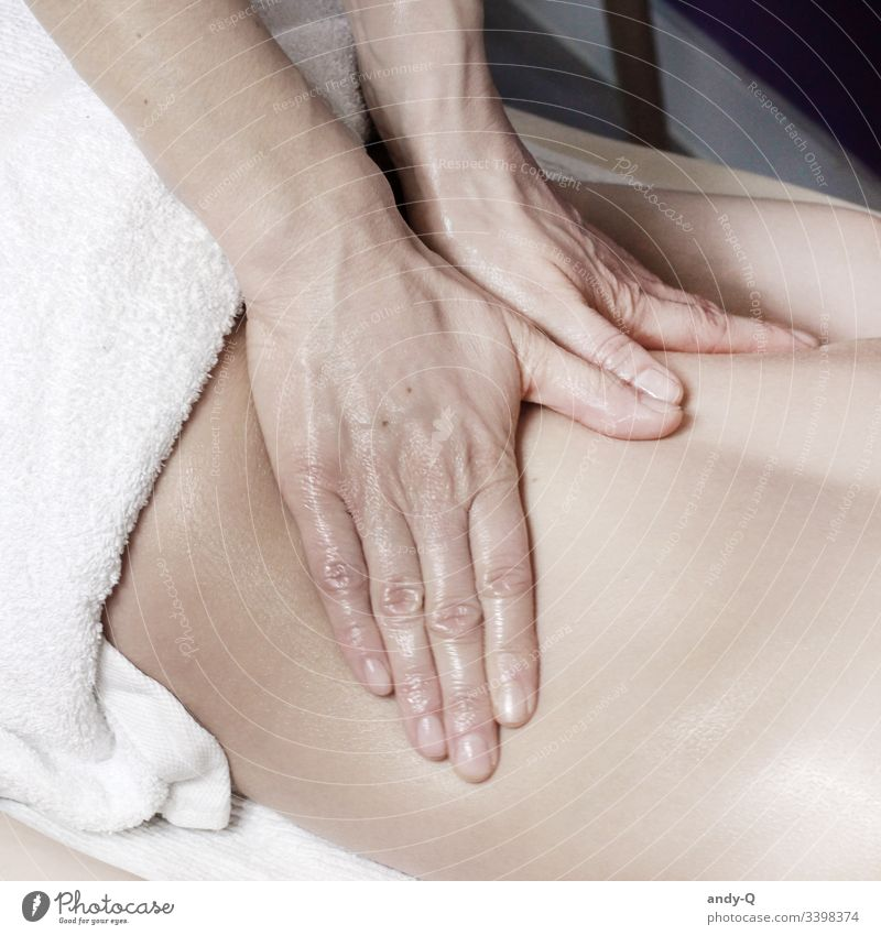 Massage am Rücken Rückenmassage Lomi Lomi Öl Patient Arzt Behandlung Praxis Naturheilpraxis Naturheilpraktier Schmerzen Medizin Heilkunde Hände Nahaufnahme weiß