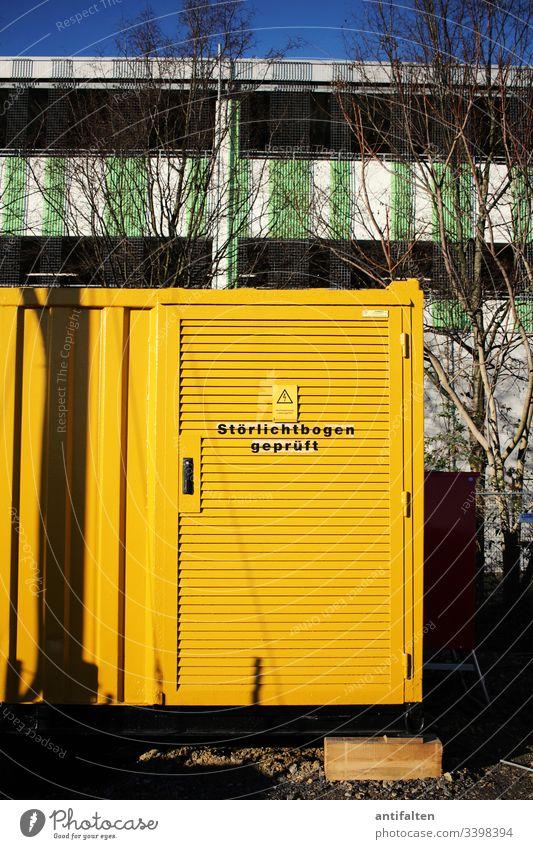 Störlichtbogen geprüft Elektronik Elektrik Warnung Hinweisschild Container Baustelle Bäume im Hintergrund Stadt Parkhaus Warnhinweis Schilder & Markierungen