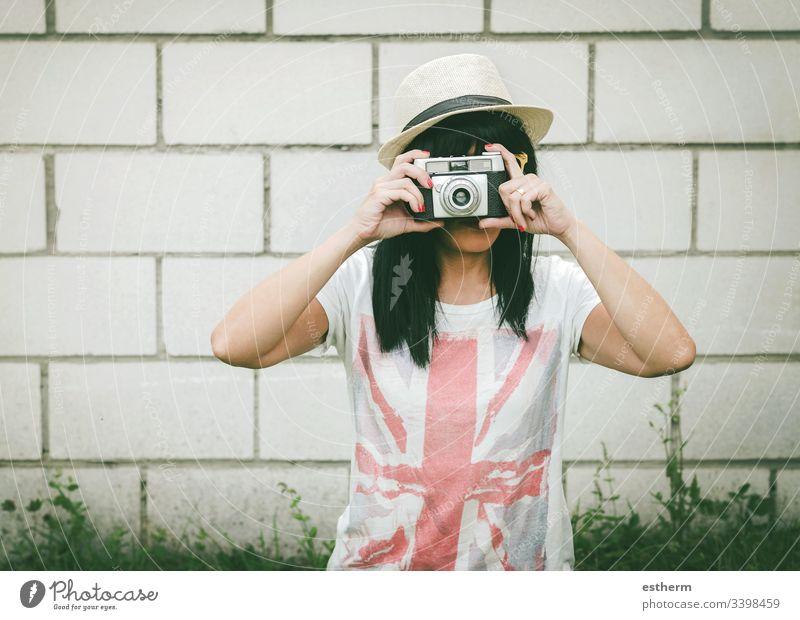 Porträt einer jungen Frau mit Kamera Junge Frau Foto Fotograf schön Schönheit Fotokamera Europäer schießen Selfie Spaß Fokus Sommer Feiertage Ausdruck Modestil