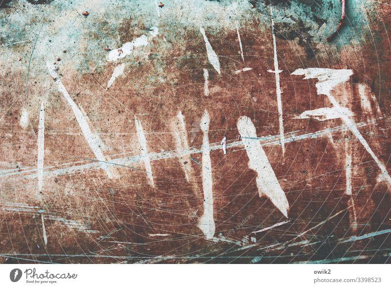 Sonderzeichen rätselhaft geheimnisvoll unklar Zeichen Metall Kratzer alt Strukturen & Formen abstrakt Detailaufnahme Muster Nahaufnahme Linie Zahn der Zeit