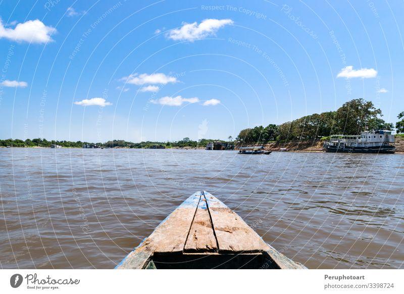 Wunderschöne Aussicht auf die Gewässer des Amazonas-Flusses in einem Boot amerika iquitos Peru tropisch Wasser Regenwald Hintergrund Wald Dschungel Landschaft
