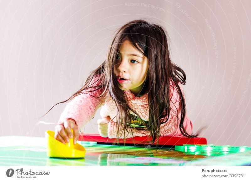 Konzentrierte und enthusiastische Mädchen spielen Tischhockey. Hockey Kind Kindheit Spiel Freizeit Air Aktivität Hintergrund Entertainment Frau Spaß Gesicht