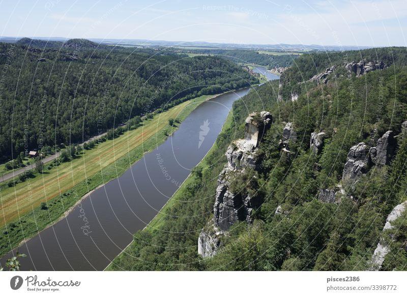Schöner Blick von der Bastei auf die Stadt Wehlen in der Sächsischen Schweiz Deutschland Europa Fluss Elbe Natur Landschaft Ansicht schön Wald Berge u. Gebirge
