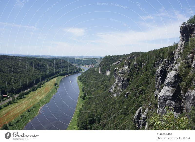 Blick über die Elbe und die Klippen der Sächsischen Schweiz auf die Stadt Wehlen Deutschland Europa Fluss Bastei Natur Landschaft Ansicht schön Wald