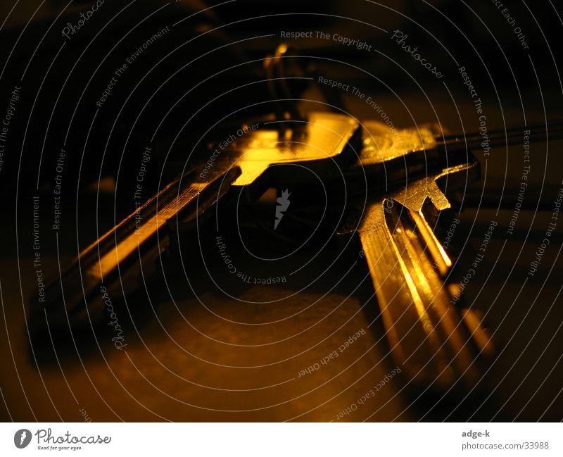 Verschlüsseltes Bild Schlüssel dunkel glänzend Dinge gold Makro-Modus wenig Belichtung