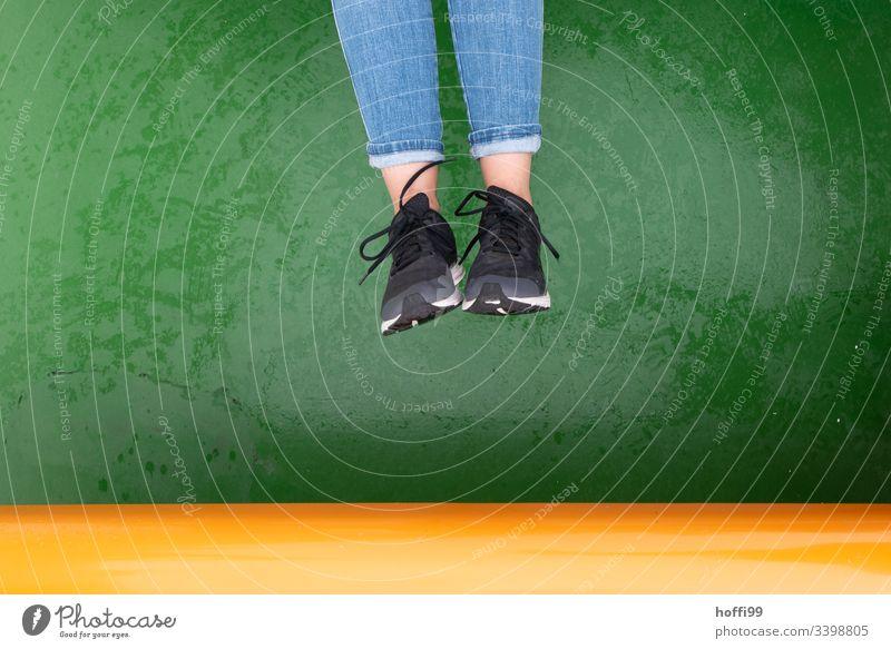 Springen an Deck sprungphase Sprungkraft springen springend Frau Freude Bewegung Sportschuhe schwarz grün gelb fliegen Jugendliche Aktion sportlich Spielen