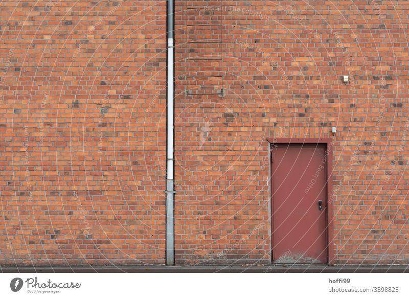 Rotklinker Fassade mit Fallrohr, Tür und Leiter Klinkerfassade klinkerwand rotklinker Symmetrie Fenster Jalousie geschlossen Lagerhalle Lagerhaus Hafen alt