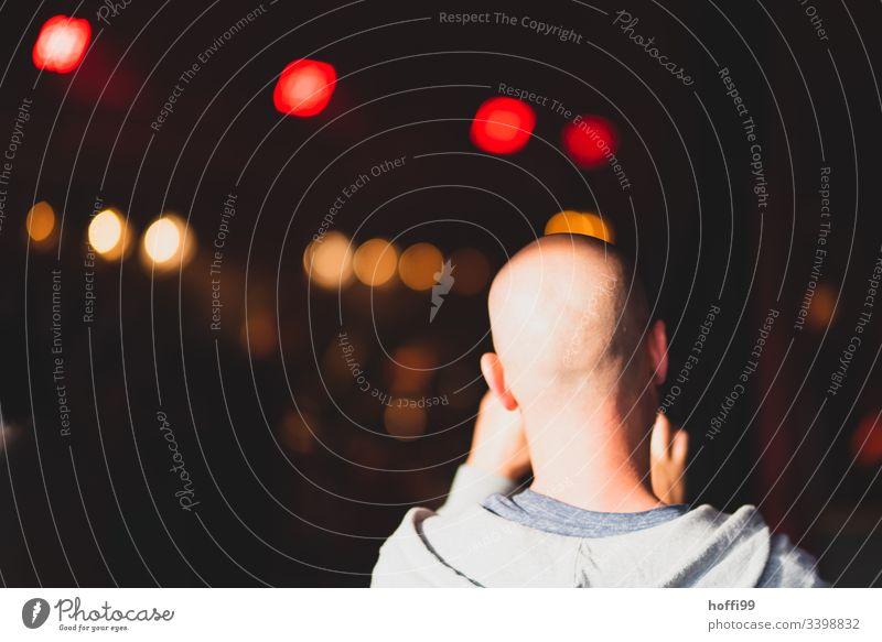 Mann ohne Haare von Hinten Glatze Konzert Bühne Bühnenbeleuchtung Bokeh bokeh lichter Musik dunkel Show hell Nacht Farbfoto Dekoration & Verzierung Unschärfe