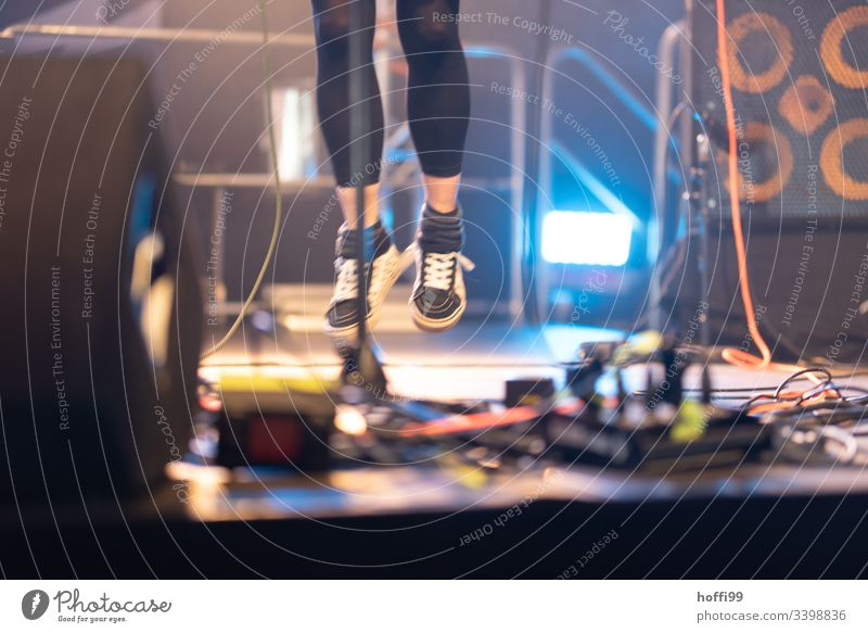 Bühnen Springen sprungphase Sprungkraft springen springend Frau Freude Bewegung Sportschuhe schwarz fliegen Jugendliche Aktion sportlich Spielen Begeisterung
