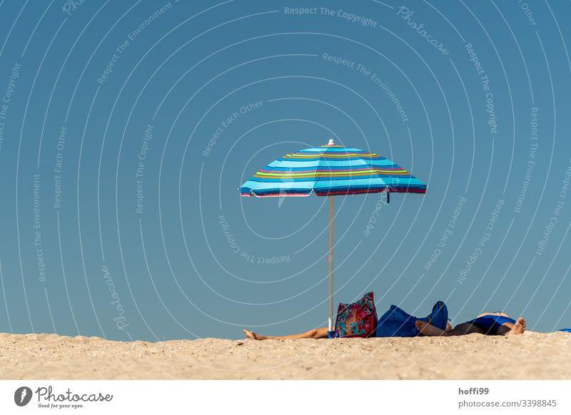 unter einem Sonnenschirm liegen und schlafen Sommer ausruhen Strand pärchen Schatten Urlaubsstimmung Ferien & Urlaub & Reisen Erholung Außenaufnahme Sonnenbad
