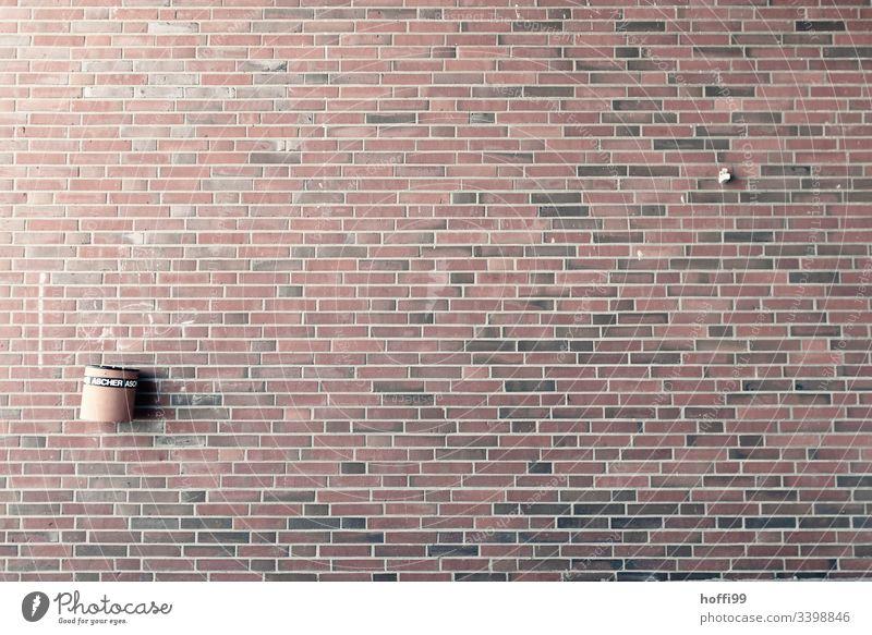Klinkerfassade mit Aschenbecher Wand Mauer Linie Streifen Backstein minimalistisch Strukturen & Formen Muster Detailaufnahme Gebäude Fassade Außenaufnahme