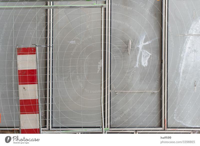 Baustellenabsperrung Barke Zaun Absperrung eingezäunt Zäune graue Wand Metallzaun Sicherheit Schranke Schilder & Markierungen Schutz Straßenbau Mauer gekrümmt
