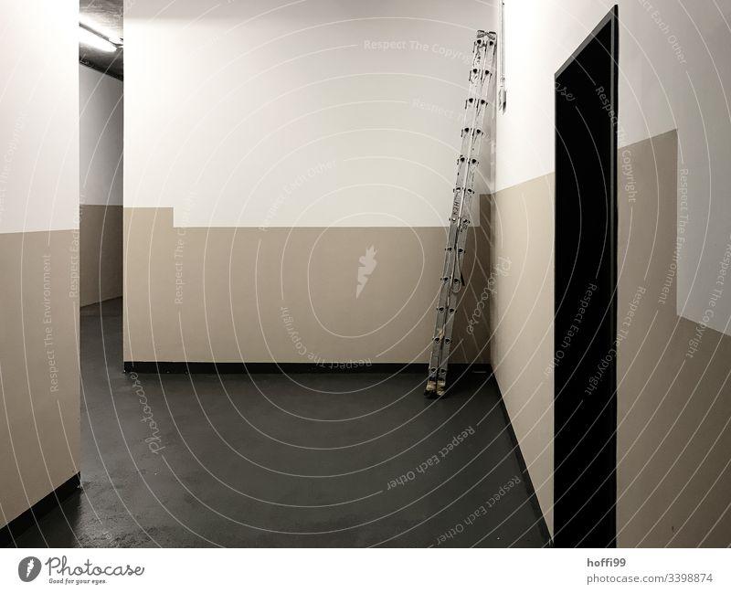 Leiter in der Ecke eines Korridors im Keller / Untergeschoss Aluminium-Leiter Flur Flurlicht Kunstlicht Wand Treppenhaus Gebäude dunkel Innenaufnahme Etage