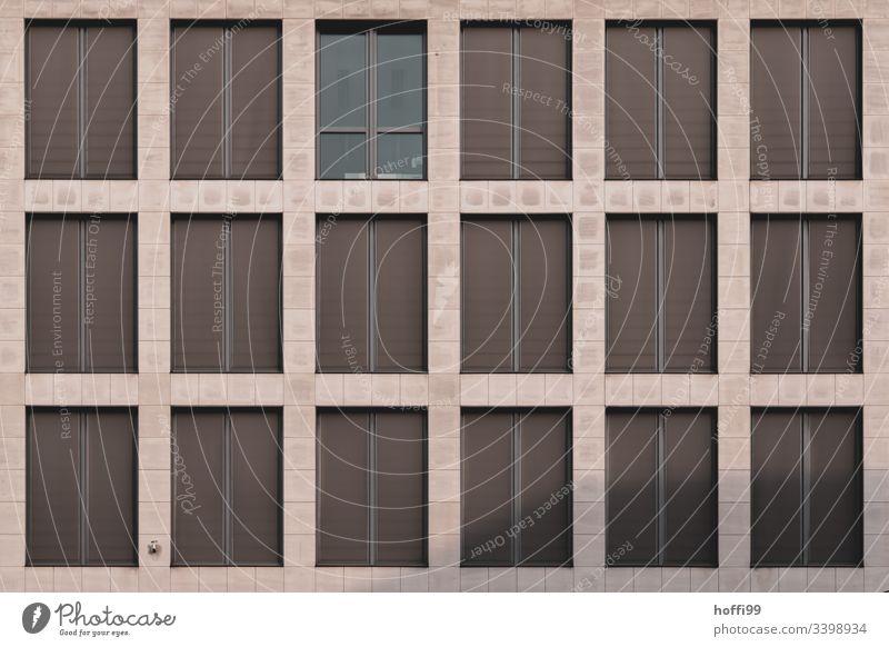 Fassade mit geschlossenen Jalousien Fenster Design rein braun Bankgebäude Macht geschlossene fenster Außenaufnahme Wand Mauer Architektur Hochhaus ästhetisch