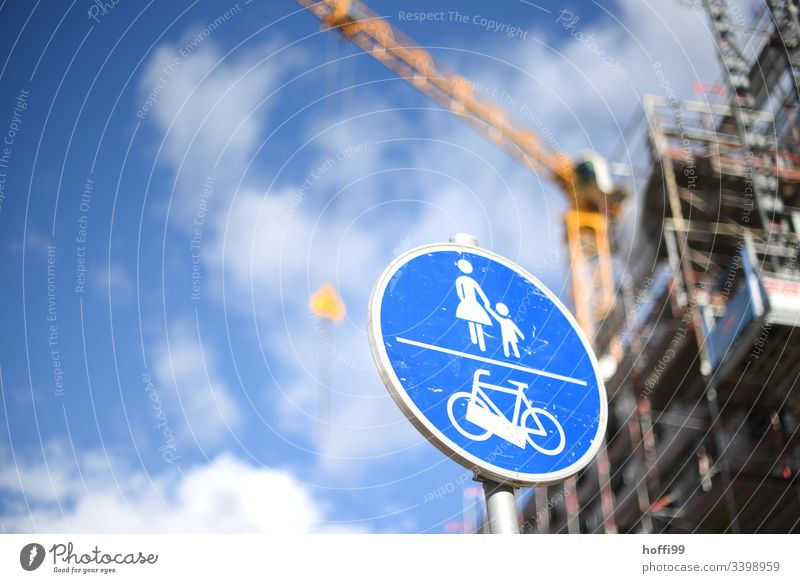 Verkehrsschild Fußweg Radweg vor unscharfer Kran auf Baustelle Verkehrszeichen Fahrradweg Fußgänger Straßenverkehr Verkehrswege Schilder & Markierungen