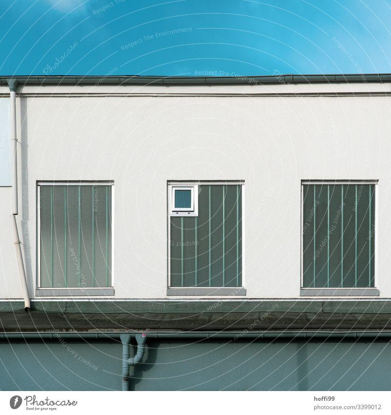 Fallrohr mit Fenster an Fassade Dachrinne Wand Gitter kaputt ästhetisch skurril stagnierend Ordnung Verfall Vergänglichkeit Wandel & Veränderung Mauer Gebäude