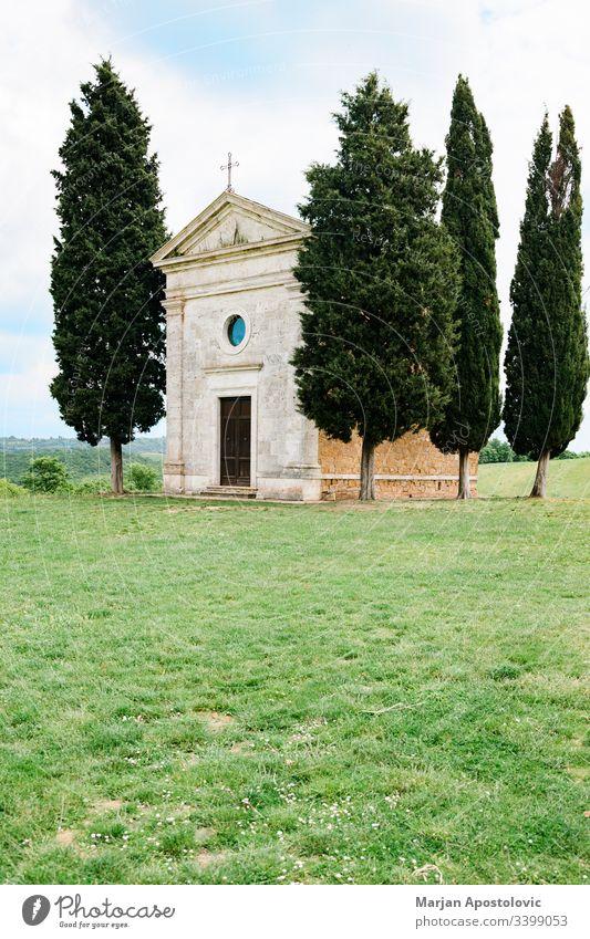 Berühmte Kirche auf den Feldern der Toskana, Italien antik Architektur schön Gebäude cappella katholisch Kapelle christian Landschaft Zypresse Europa Glaube