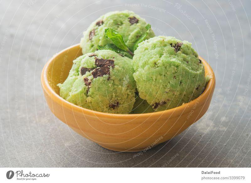 Eis mit Minze und Schokoladensplittern Hintergrund Ball Schalen & Schüsseln Chip abschließen Sahne cremig Molkerei Dessert Geschmack Lebensmittel gefroren