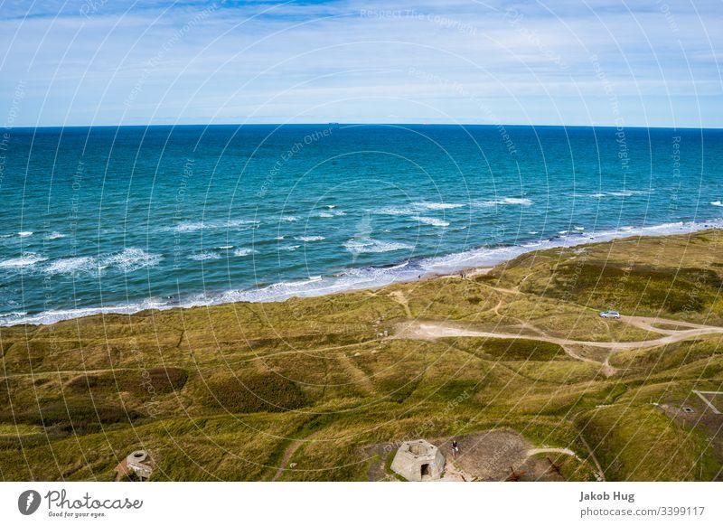 Blick auf das Meer an der Küste von Dänemark Deutschland Nordsee Ostsee Atlantik hirtshals Ozean Wasser Sommer baden Wellen Brandung Strand Küstenlinie Horizont